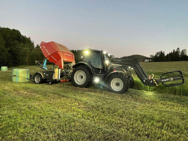 Kvällspressning hos Gunnar Strömqvist med Valtra N134 Active årsmodell 2021 och Taarup Bio+ årsmodell 2008. Traktorn har bara gått drygt 100 timmar.