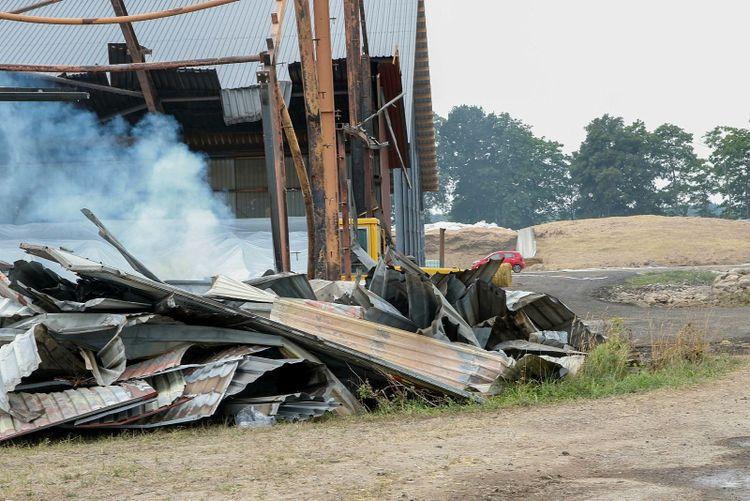 Rester av nerbrunnen hall.  Rök stiger från massorna.