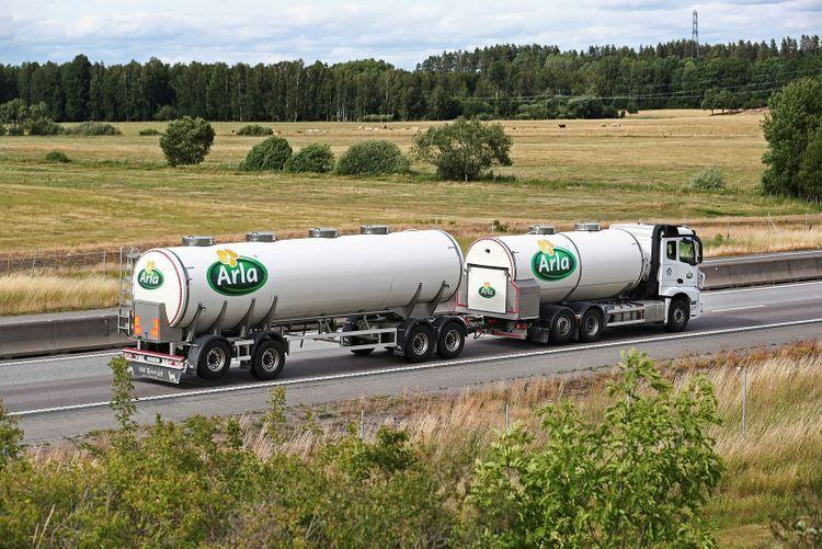 Lastbil (mjölkbil) från Arla i trafiken på motorvägen E4.