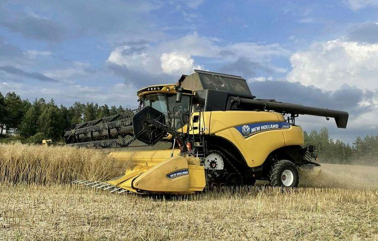 Skörden rullar på med vår New Holland CR8.80, meddelar Wille Larsson.