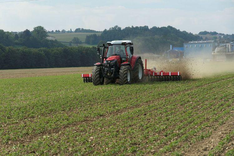 Traktor på fält.