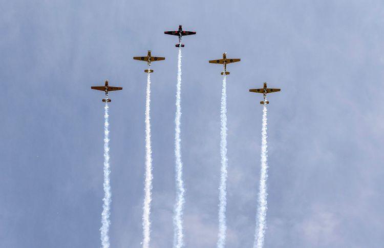 Fem plan av märket Saab Safir SK50 syns över himlen.