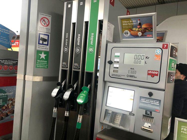 16,33 kostade dieseln i april förra året, när denna bilden togs på bensinpumpen. I mars 2012 kostade den 15,18. Nu kostar den 19,47 kronor för företagskunder.