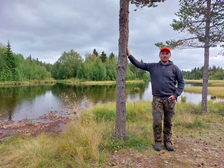 Christian Thunell vid en sjö.
