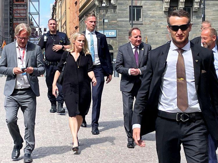Statsminister Stefan Löfven (S) på väg till riksdagen på måndagen.