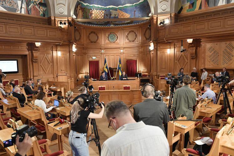 Riksdagens talman Andreas Norlén håller höll under måndagen pressträff tillsammans med Stefan Löfven (S).