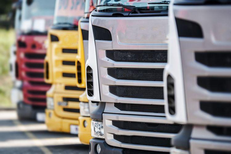 Lastbilar på rad.