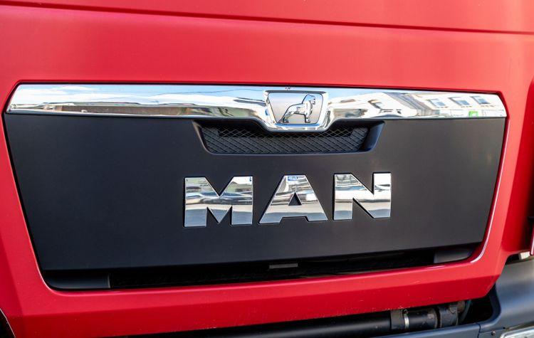 Närbild på lastbil från MAN.