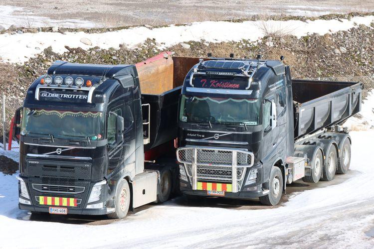 Två lastbilar står parkerade sida vid sida.