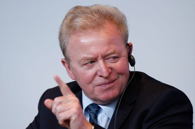 Jordbrukskommissionär Janusz Wojciechowski pekar med fingret under en presskonferens efter jordbruksministerrådet.