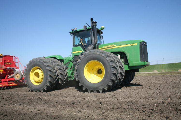 Traktorn framför såmaskinen är en midjestyrd John Deere 9520 med dubbelmontage runt om. Detta är 2008 och Säbyholms fält fortsätter att brukas med John Deere.