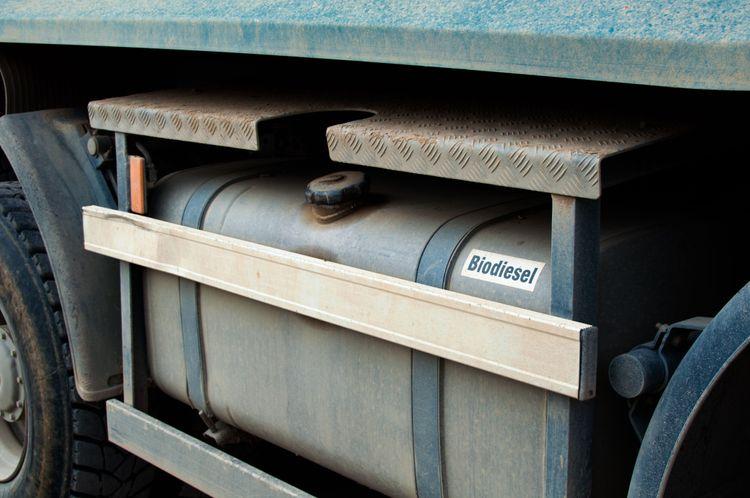 """Bränsletank på lastbil märkt """"Biodiesel""""."""