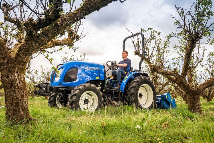 Boomer kommer i två nya modeller. På bilden syns den lilla kompakta traktorn gå fram och putsa gräset i en fruktodling.