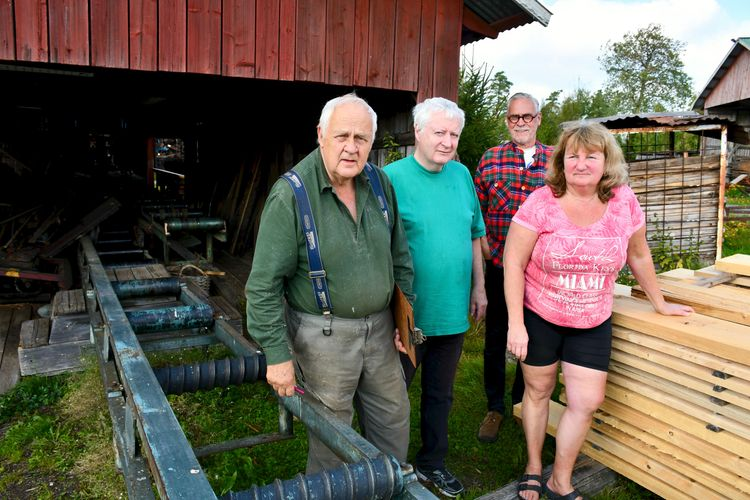 Evald Hammarström, Östen Nilsson, Thomas Gillberg och Carita Hammarström framför såglinjen.