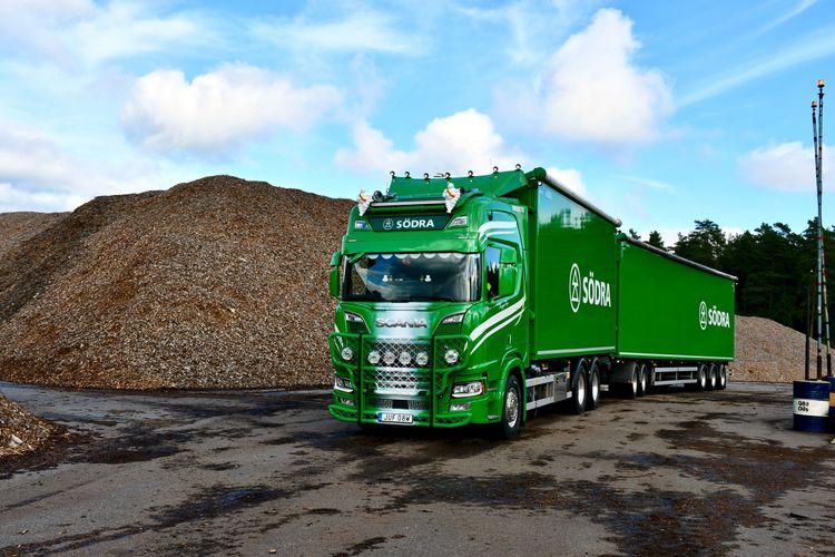 Första leveransen från Södra till Kalmar Energi där den fossilfria transporten garanteras med certifikat.