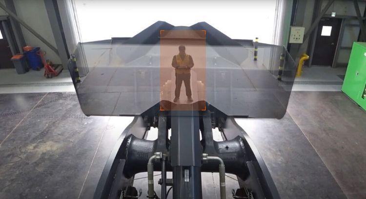 Hjullastare med kamerateknik som gör att föraren kan se genom skopan.