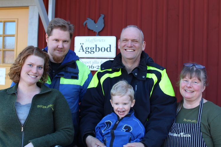 """Tre generationer på Berga gård. Lisa Schneider, Karl """"Kalle"""" Wärnqvist, Casper Wärnkvist Schneider, Claes Schneider, Karolina """"Karro"""" Schneider."""