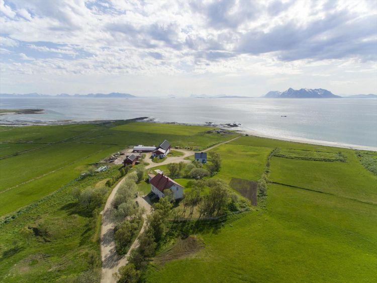 Flygfoto över Dverberg Prästgård.
