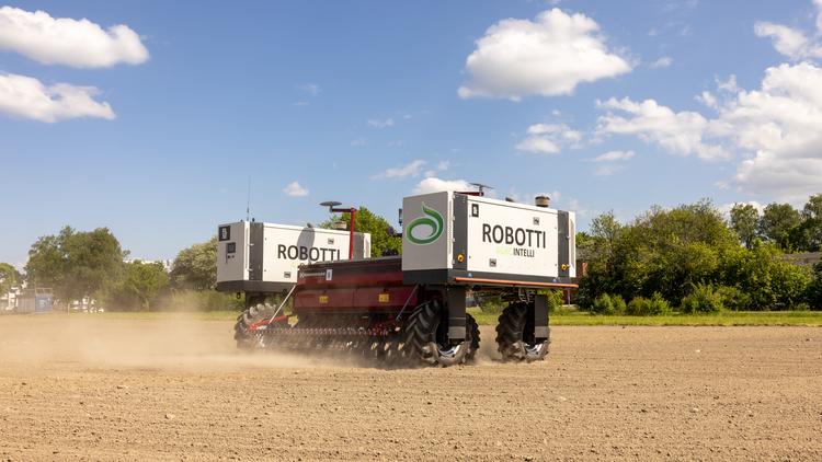 Robottis arbetsförmåga utvärderas just nu av Lantmännen. På bilden syns Agrointellis robot med Lantmännens logotyp på.