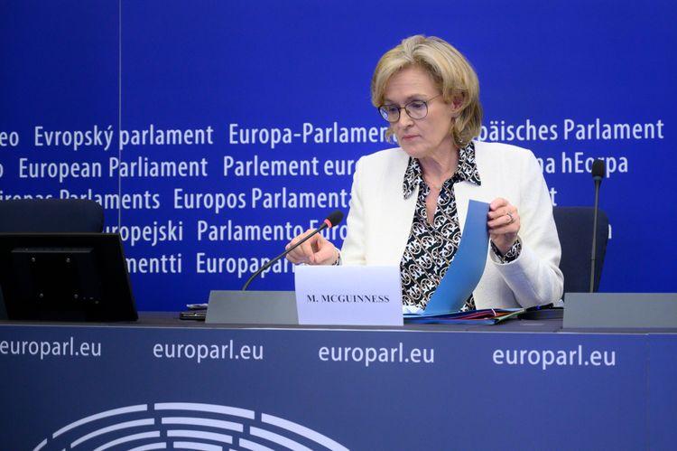 EU-kommissionär Mairead McGuinness vid en presskonferens i EU-parlamentet.