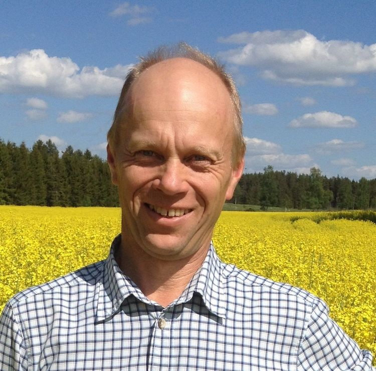 Per Ståhl, växtodlingsrådgivare, framför gult rapsfält.