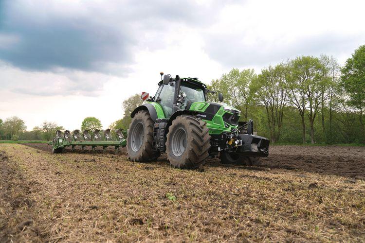 Nya Deutz-Fahr 7250 kommer med en rad komforthöjande förbättringar. På bilden ses den nya traktorn med en tillkopplad plog efter.