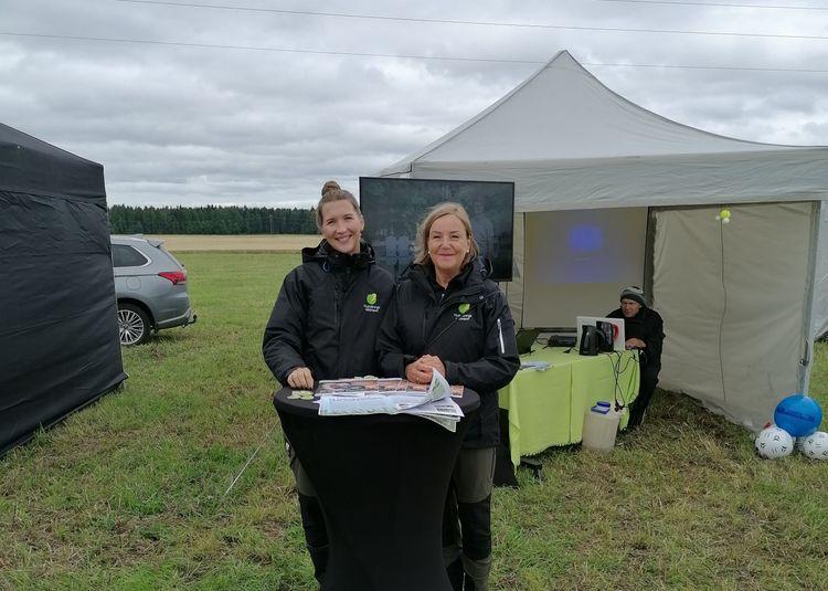 Tina Sandell och Ulla Frisk framför montern på Öjeby Lantbrukardagar.
