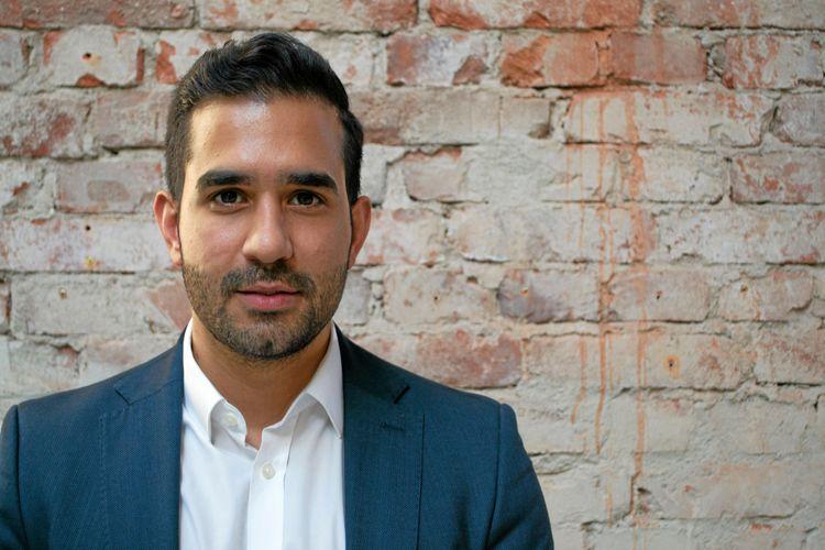 Adam Aljaraidah, vd på Virkesbörsen, iklädd vit skjorta och blå kavaj.