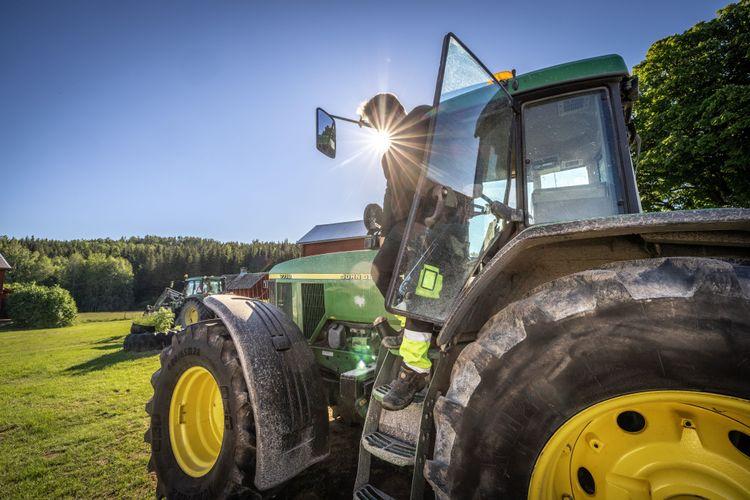 Lars Edén kliver ur sin traktor.
