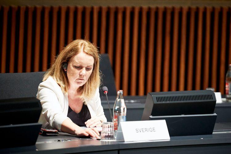 Landsbygdsminister Jennie Nilsson (S) trycker på knappen till mikrofonen under jordbruksministerrådet i Luxemburg.