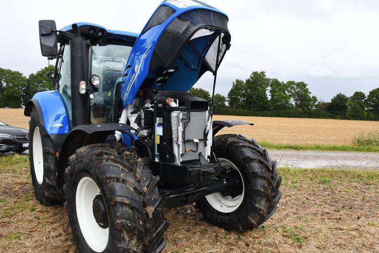 Den blåa New Holland-traktorn med uppfälld motorhuv innehåller en FPT gasmotor med en cylindervolym på 6,7 liter. Den maximala motoreffekten är 180 hästkrafter.