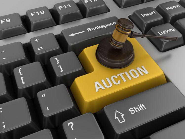 """Tangentbord där enterknappen är bytt mot orden """"auction"""" och en hammare."""