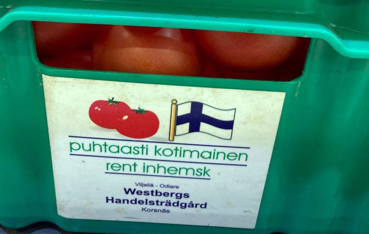 En låda med finländska tomater i en matbutik i Finland.
