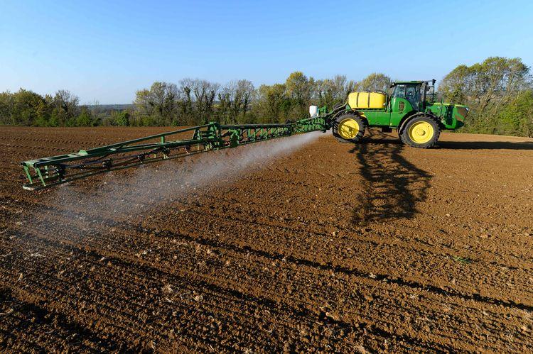 Besprutning med glyfosat på en jordbearbetad åker i Frankrike.