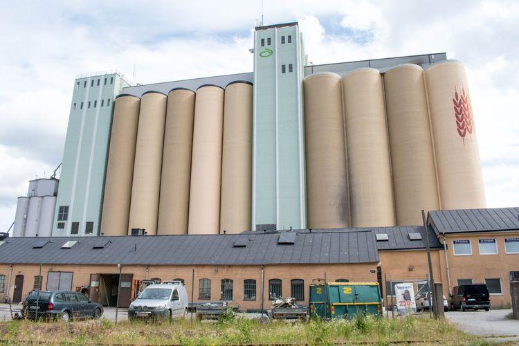 anläggning med silos för spannmål.