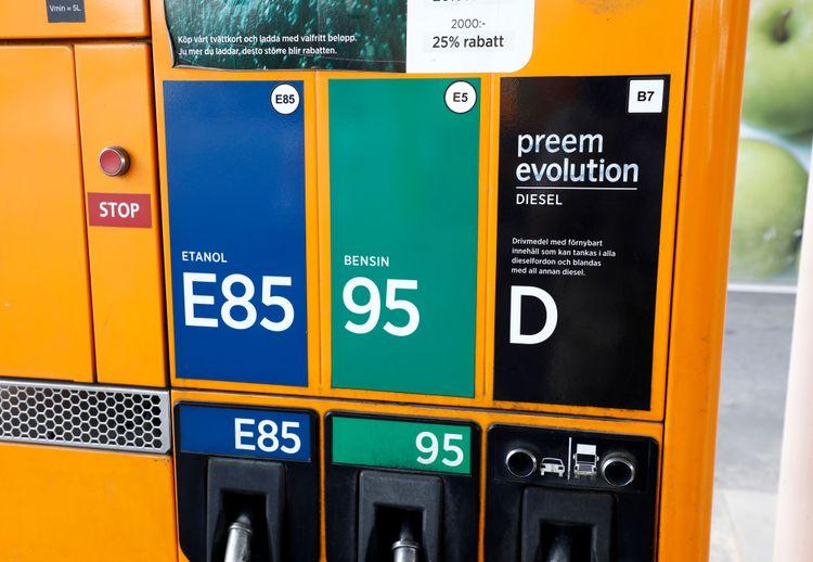 Närbild på bensinstation med flytande biodrivmedel.