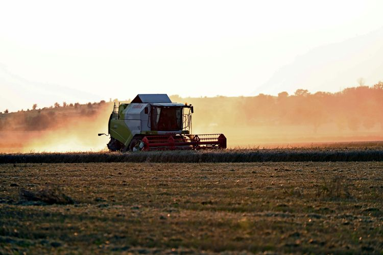 Jordbruksmaskin ute på åker.