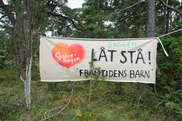 Banderoll mot kalkbrytning i Ojnareskogen på Gotland.