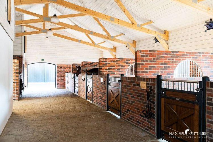 Stallet är luftigt och vackert murat.