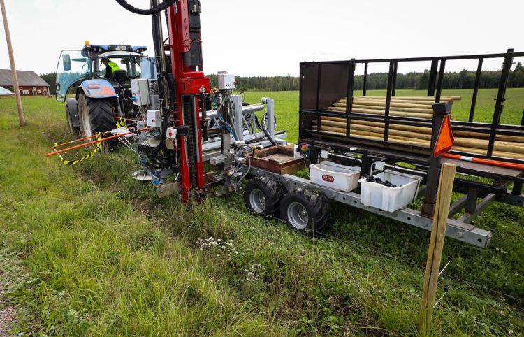 Stängsel. Maskinen är byggd på en vagn som dras av en traktor. I stora drag består den av hydraulhammare, skruvautomater och magasin för stolpar, isolatorer och tråd.