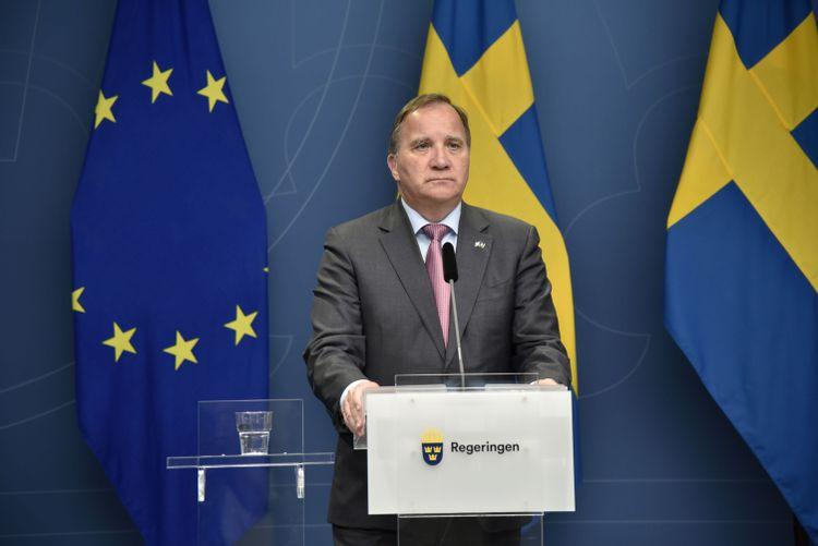 Stefan Löfven håller en digital pressträff.