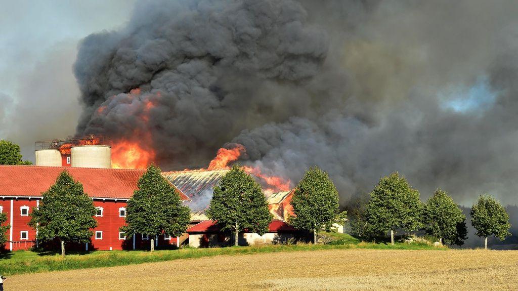 En kraftig brand bröt ut på en gård utanför Vingåker på lördagen.