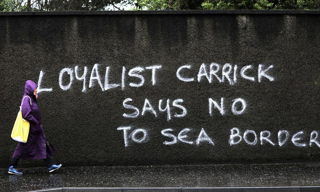 """""""Lojalister i Carrick säger nej till en gräns till havs"""", lyder budskapet på en vägg i Carrickfergus i Nordirland, där brittiskvänliga fraktioner protesterar mot de kontroller som blivit följd av Storbritanniens utträde ur EU. Nu väntar nya EU-förslag för att lätta på situationen. Arkivbild."""