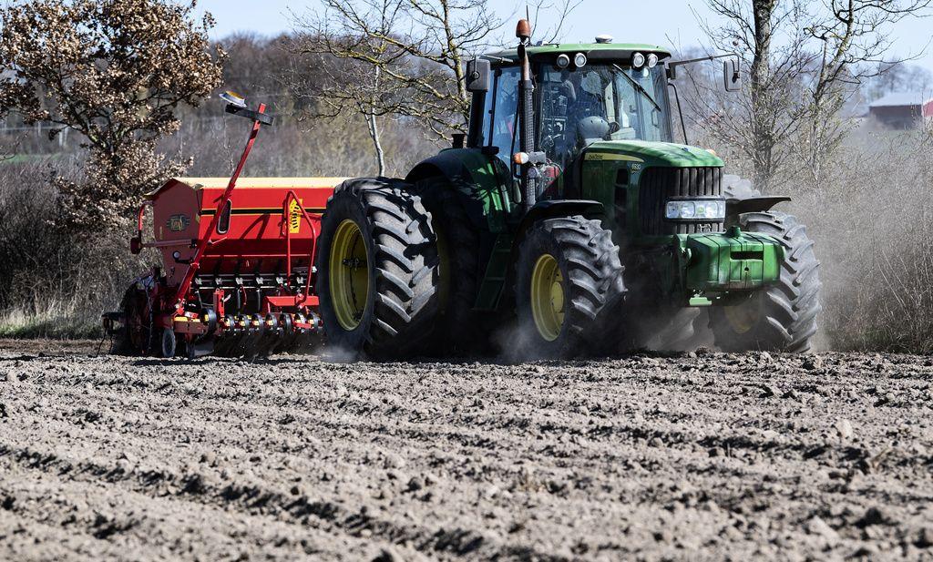 En traktor i farten i skånska Löberöd.